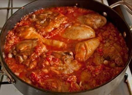 1. Stage. Then add the chicken, salt to taste and cover the simmer with a lid for 30 minutes, add water if necessary.