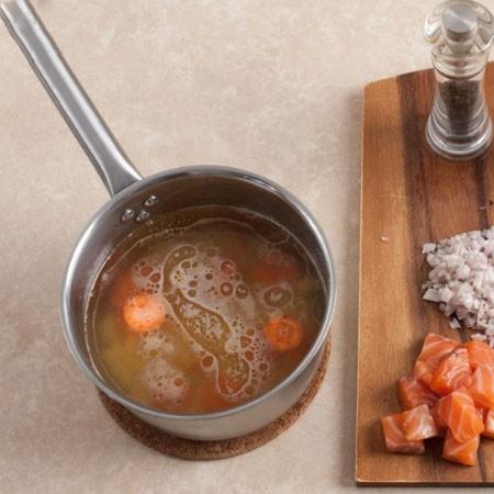 1. Этап. Бульон доведите до кипения, морковь нарежьте кружочками, картофель кубиками. Добавьте в кастрюлю в бульон. Посолите, поперчите и варите около 15 минут.