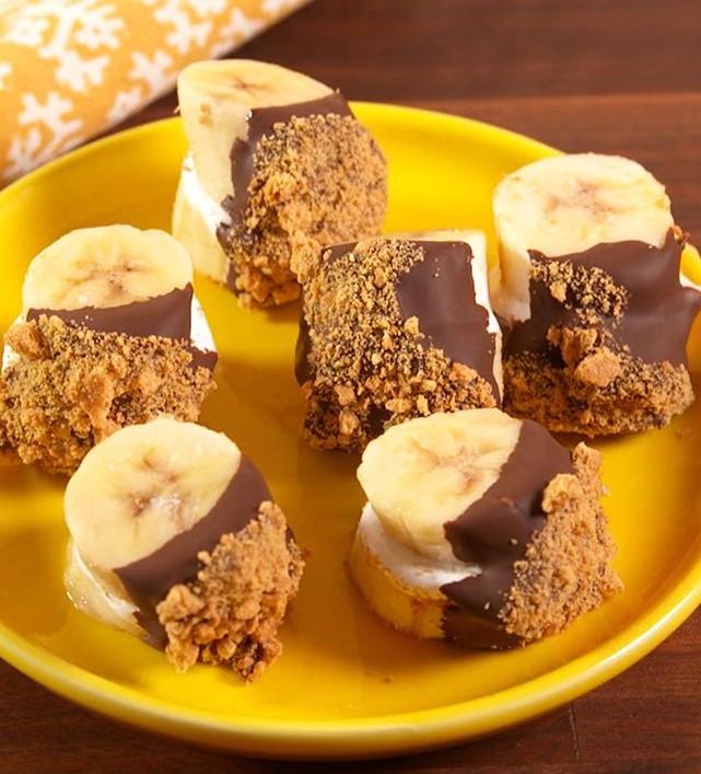 1. Етап. Коли бутерброди застигнуть, умочіть половину в розтоплений шоколад, а потім в що залишилися крихти з крекерів. Помістіть назад в морозильну камеру до повного застигання.