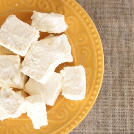 1. Stage. Cut the finished marshmallows into pieces, sprinkle each piece with powdered sugar.