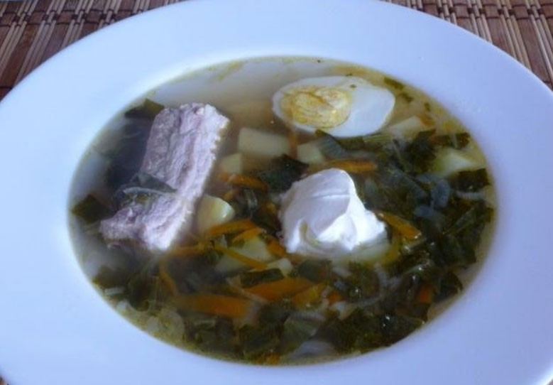1. Stage. Before serving, let the borscht infuse for 15 minutes. Serve with half boiled egg and sour cream.