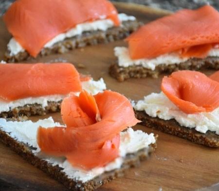 1. Этап. Лосось нарежьте тонкими полосками, красиво сложите и поместите на хлеб.