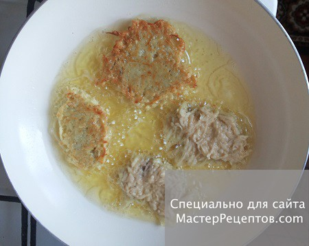1. Stage. Place a tablespoon in a pan with heated oil.