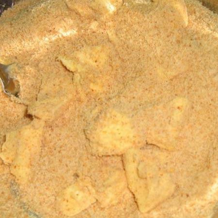 1. Этап. Сухари перебейте в крошку с помощью блендера. Смешайте с мягким сливочным маслом.