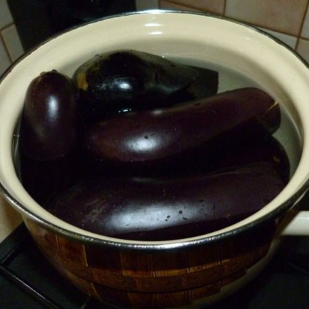1. Stage. Rinse the eggplants, remove the stalks, place in a saucepan, fill with water and cook for 5 minutes after boiling. Cool eggplant and cut along, with a spoon, clean the middle, but not too much so that the walls do not tear.