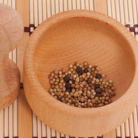 1. Этап. Перец горошком разотрите в ступке, он намного ароматней нежели покупной уже молотый перец, так же вы можете использовать не только черный, но и душистый, а так же красный.