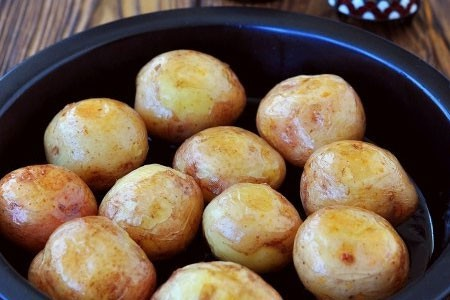 1. Stage. Bake potatoes at 180 degrees for about 20 minutes. Then turn the potatoes to the other side and bake for another 20 minutes.