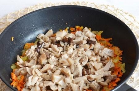1. Этап. Грибы промойте от рассола и нарежьте кусочками. Добавьте к моркови с луком и готовьте еще 2 минуты, затем накройте крышкой и тушите около 5 минут периодически помешивая.