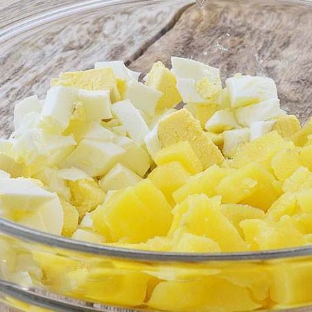 1. Этап. Картофель и яйца отварите до готовности, очистите и нарежьте кубиками.