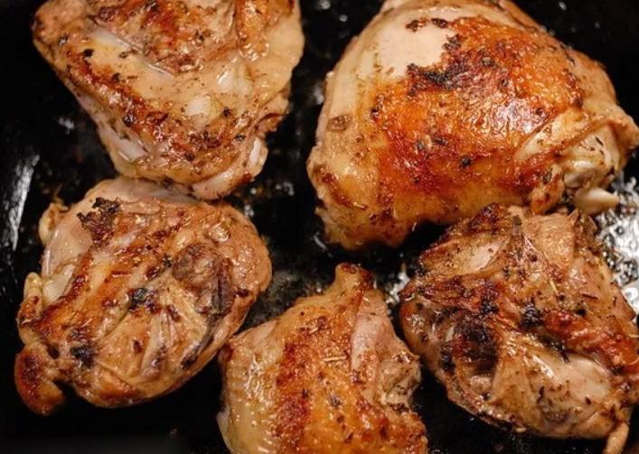 1. Этап. Добавьте масло в кастрюлю и добавьте бедра кожей вниз. Готовьте, при необходимости порциями, до золотистого цвета и хрустящей корочки, 3-5 минут, затем переверните и готовьте еще 3 минуты. Вынуть курицу из кастрюли.