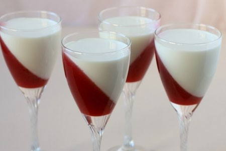 1. Stage. Pour the cream into glasses and place immediately in the refrigerator until it cools completely.