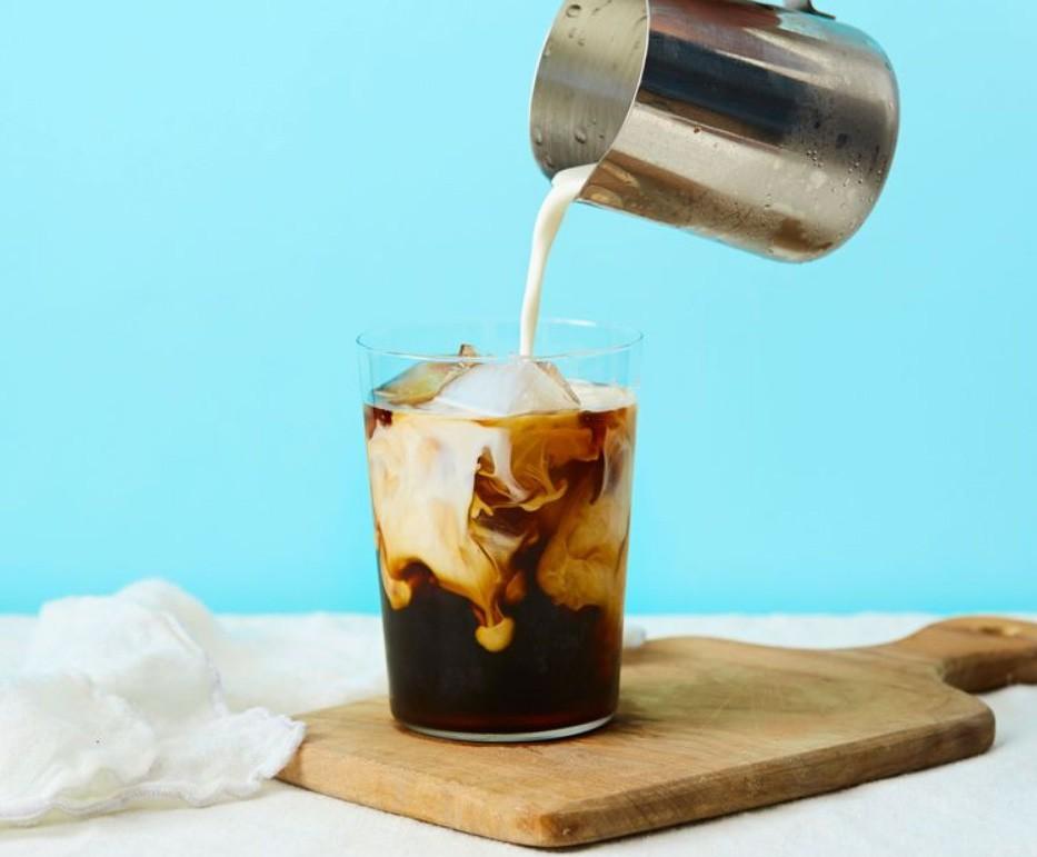 1. Этап. Готовый кофе процедите, добавьте сахар по вкусу, перемешайте до полного его растворения. Затем добавьте по вкусу лед, по желанию можете добавить также молоко.