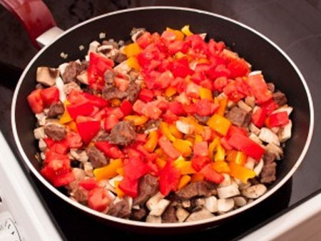 1. Этап. После добавьте нарезанные помидоры, если нет свежих тогда подойдут помидоры в собственном соку. Тушите еще 5 минут.
