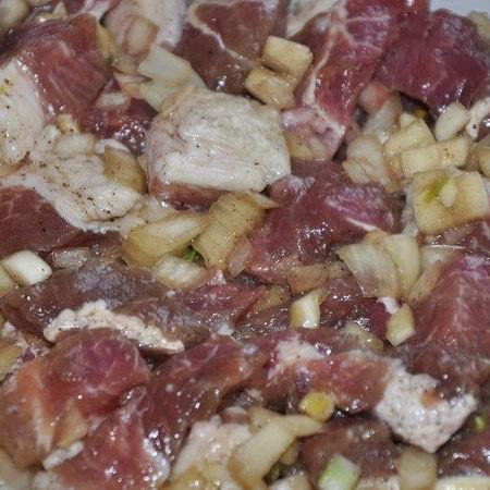 1. Этап. Лук мелко нарежьте, чеснок пропустите через пресс и смешайте с остальными ингредиентами для маринада. Мясо нарежьте средними кусочками, смешайте с маринадом и оставьте мариноваться на 3 часа.