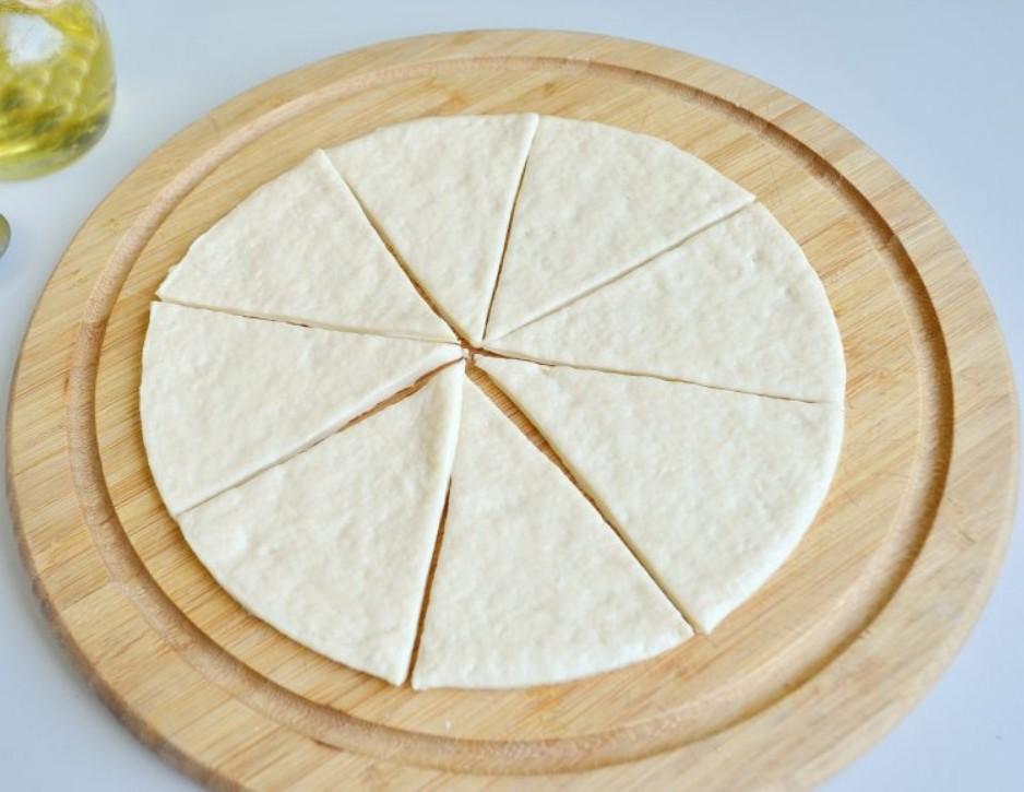 1. Этап. Для лепешок просто смешайте все ингредиенты. Раскатайте не слишком тонко и ножом для пиццы или обычным разрежьте на 8 треугольников.