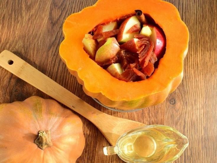 1. Этап. Из тыквы срежьте шапку и вытащите все семена. Яблоки нарежьте на дольки удалив семена. Имбирь очистите. Сложите яблоки, целый имбирь, нарезанную на кусочки пастилу, палочку корицы. Накройте срезанной шапкой и запекайте в духовке при 180 градусах 1-1,5 часа.