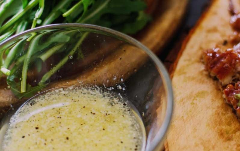 1. Stage. In a separate bowl, mix olive oil, balsamic vinegar, honey, salt and pepper, mix well. Then pour in the cream and mix again.