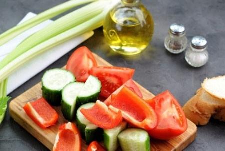 1. Этап. Все овощи промойте, очистите и нарежьте средними кубиками.