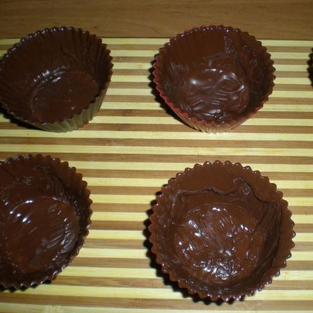 1. Stage. Dissolve the chocolate in a water bath. Lubricate the chocolate molds with chocolate. Do not spare the chocolate then it will be easier to take out the finished dessert from the molds. Put in the refrigerator.