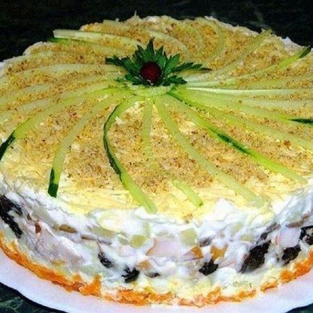 1. Этап. Украсить торт: соломкой из огурца, измельчёнными грецкими орехами, листиками петрушки. Поставьте в холодильник на 1-2 часа на пропитку.