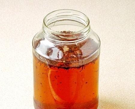 1. Этап. В чистую банку влейте водку, добавьте сахарный сироп, чай, гвоздику, кору дуба, накройте крышкой, хорошо встряхните и оставьте настаиваться в темном месте 1 неделю.