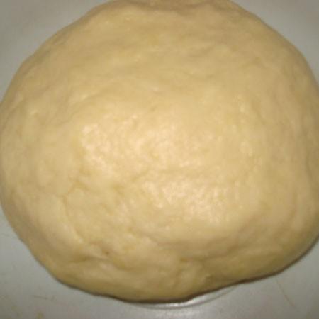 1. Этап. Муку смешайте с солью и разрыхлителем. Яйца взбейте, добавьте кефир и растительное масло, перемешайте, затем добавьте муку и замесите тесто. Заверните в пищевую пленку и положите в холодильник на пол часа.