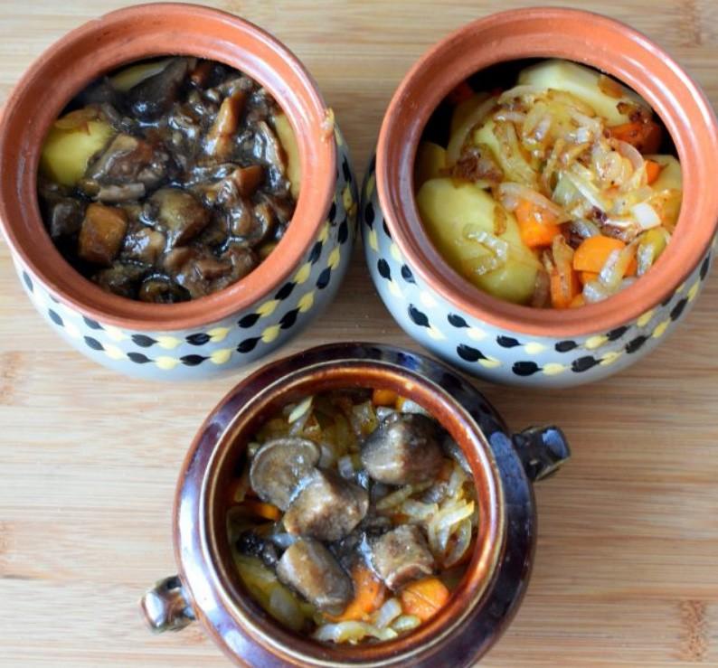 1. Этап. Лук и морковь обжарьте до мягкости на сковороде где готовилось мясо. Выложите овощи на картофель, затем сверху выложите грибы, посолите и поперчите по вкусу.