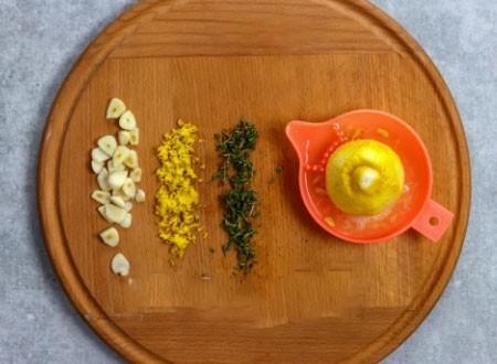 1. Этап. Из лимона натрите цедру и выдавите сок, чеснок нарежьте пластинками, у тимьяна отделите листочки от стеблей и мелко нарежьте. Вместо тимьяна можете использовать петрушку.