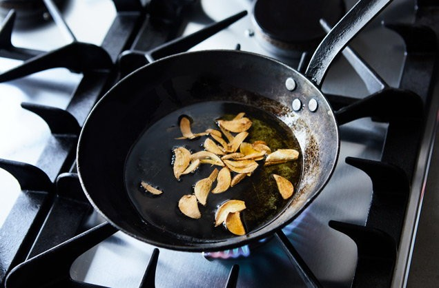 1. Stage. Just before the end of the cooking time, put a small pan over a medium-high heat and add 2 tbsp olive oil (or any other cooking oil). Finely slice 3 garlic cloves and add these to the hot oil, frying for 2-3 mins until caramelised and browned.