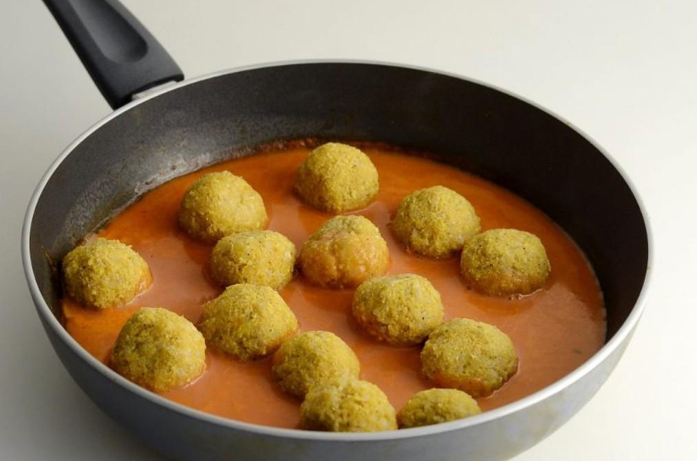 1. Этап. Для соуса смешайте сметану, томатную пасту и воду, посолите и приправьте по вкусу. Доведите до кипения и опустите в соус тефтели, накройте крышкой и тушите на медленном огне 10 минут.