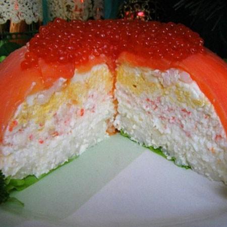 1. Этап. Торт сверху накройте листьями салата и поместите тарелку немного большего размера чем та тарелка в которой собирали торт. Переверните торт и снимите тарелку. Украсьте рыбный торт по вашему желанию. Подавайте.