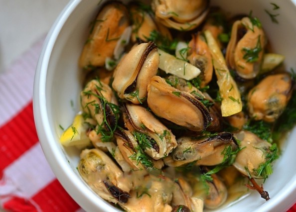 1. Stage. Add greens to mussels to taste or at will and serve.
