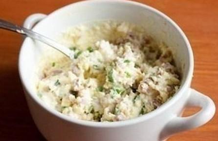 1. Этап. Желтки смешайте с мелко нарезанной ветчиной и зеленью. Добавьте соль и перец по вкусу, заправьте все майонезом и хорошо перемешайте.