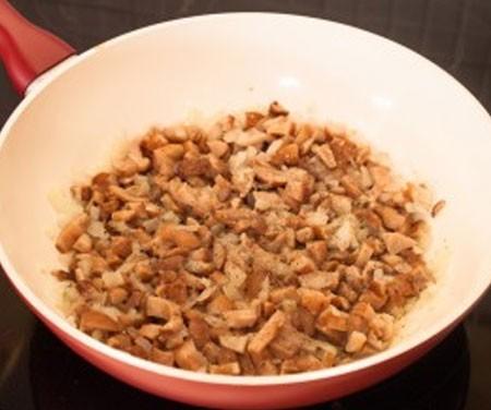 1. Этап. К луку добавьте любые грибы, они могут буть свежими или замороженными. Тушите около 5 минут, посолите и поперчите по вкусу.