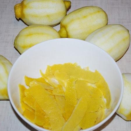 1. Этап. лимоны хорошо промойте и залейте кипятком на несколько минут чтобы наверняка очистить от всех загрязнений. Снимите ножом всю цедру без белой шкурки.