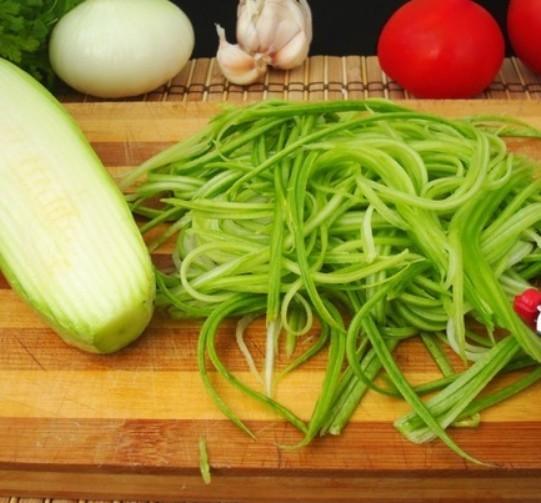 1. Этап. С помощью специальной овощерезки нарежьте кабачки как спагетти. Посолите и поперчите по вкусу, оставьте мариноваться на 10 минут.