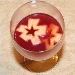 1. Этап. Тонко нарезать яблоко вертикально, образуя целые яблочные ломтики. Добавить яблоки в коктейль.