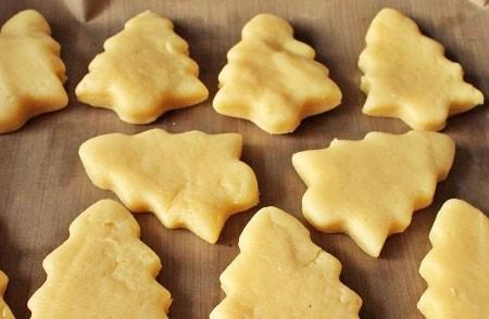 1. Этап. Тесто достаньте с холодильника, раскатайте скалкой и вырежьте печенье любой формы. Переложите печенюшки на протвинь застеленный пергаментом и выпекайте в предварительно разогретой духовке при 180 градусах 10-20 минут.