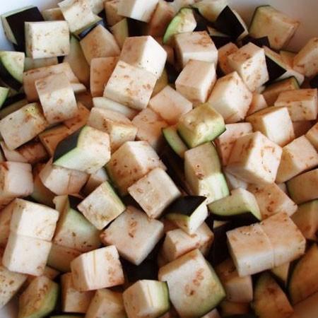 1. Этап. Лук мелко нарежьте, баклажаны нарежьте кубиками. Обжарьте баклажаны с луком на растительном масле в течении 20-30 минут.