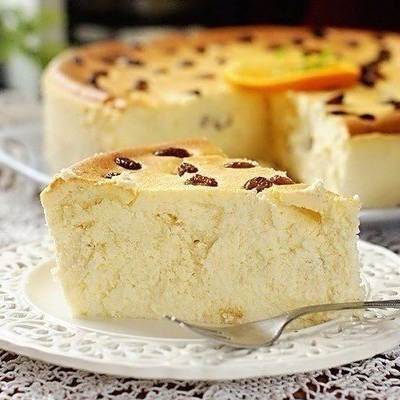 1. Stage. Pour the <strong>cottage cheese casserole</strong> into a baking dish and bake for about 15 minutes at 180 degrees.