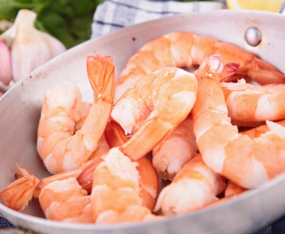 1. Этап. Поместите креветки в большую миску. В небольшой миске взбейте 2 столовые ложки оливкового масла, соус чили, соевый соус, ром, чеснок пропущенный через пресс, сок лайма и хлопья красного перца. Добавьте 3/4 маринада в миску с креветками и оставьте мариноваться в холодильнике на 15–30 минут.