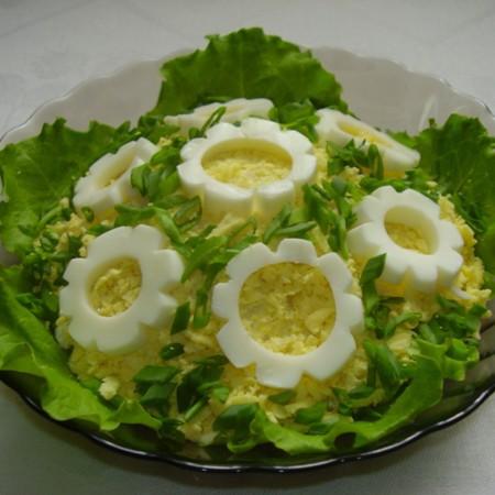 1. Этап. Из яичных белков вырежьте цветочки, украсьте салат яйцом и зеленью.