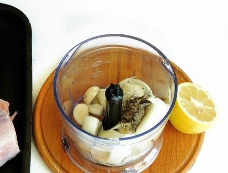 1. Этап. В чашу блендера сложите чеснок, очищенную и нарезанную луковицу, растительное масло 2 ст. л., сок лимона, воду, соль и перец по вкусу. Перебейте все до однородности.