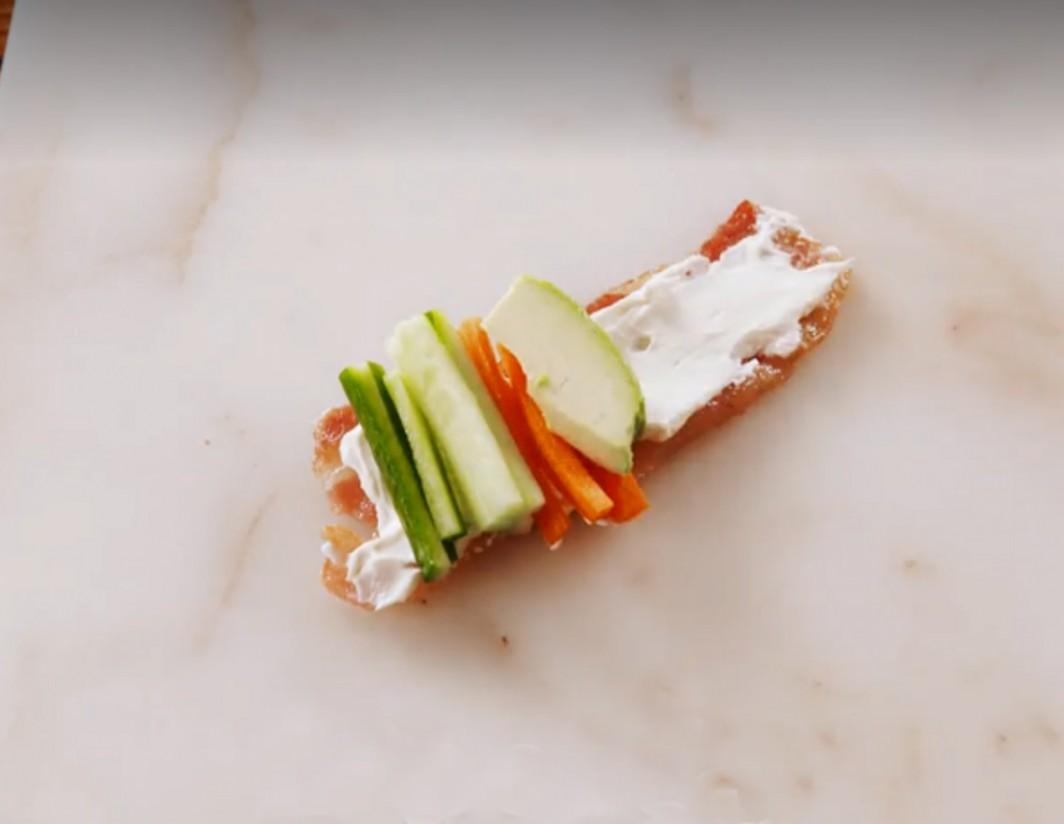 1. Этап. Тем временем нарежьте огурцы, морковь и авокадо на кусочки примерно шириной с бекон.