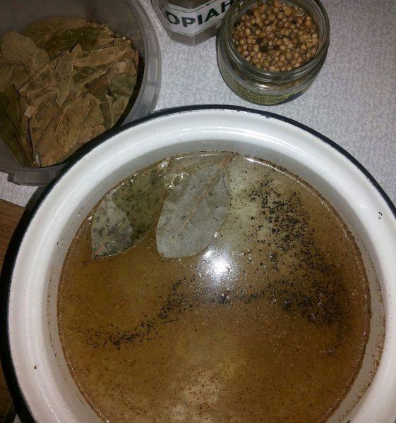 1. Этап. В воду бросить все специи, соль и сахар.