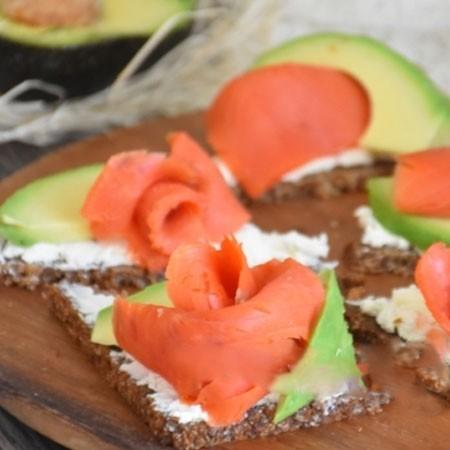 1. Этап. Авокадо очистите, удалите косточку и нарежьте тонкими пластинками. Авокадо выложите на бутерброды и подавайте.