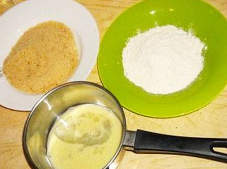 1. Этап. Взбиваем яйца и немного посолите. Панировочные сухари и муку высыпьте в отдельные тарелки.