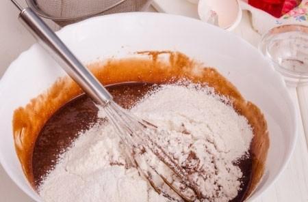 1. Этап. Затем всыпьте какао, муку с разрыхлителем и быстро перемешайте.